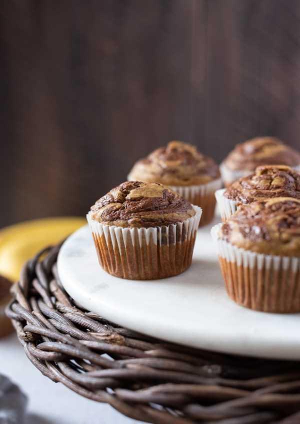 muffins de banana nutella em um servidor de mármore branco