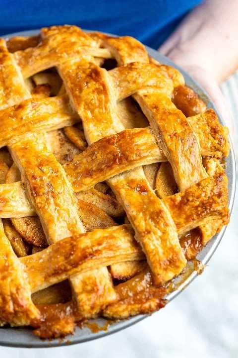 Nuestra receta favorita para hacer pastel de manzana clásico desde cero. Esta receta garantiza una tarta de manzana con manzanas perfectamente cocidas (no blandas) rodeadas de una salsa espesa y suavemente especiada, todo horneado dentro de una corteza escamosa y dorada.
