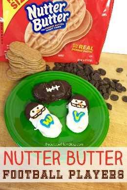 ¡Las galletas Nutter Butter Snowmen Football Player son un regalo de vacaciones divertido y fácil para los fanáticos del deporte en tu vida, o el regalo perfecto para el día del juego!