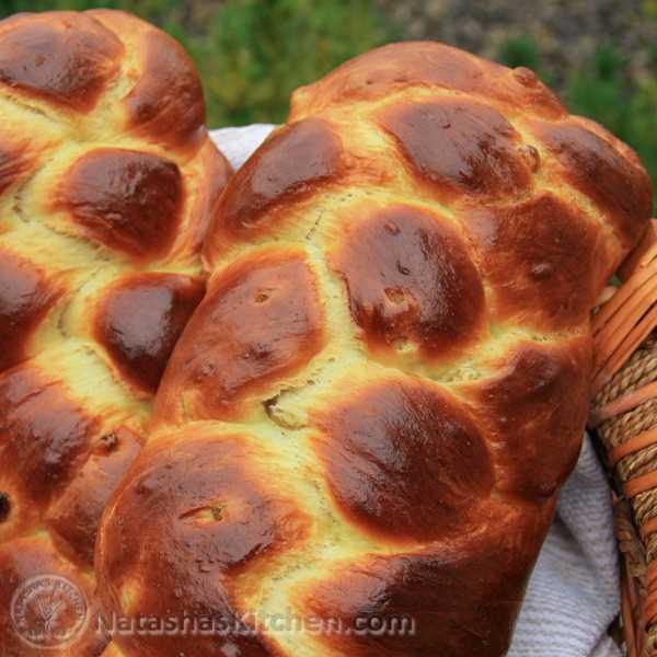Esta receta portuguesa de pan de Pascua hace 2 hermosos panes; uno para ti y otro para los vecinos. Esto también hace la tostada francesa más fenomenal.