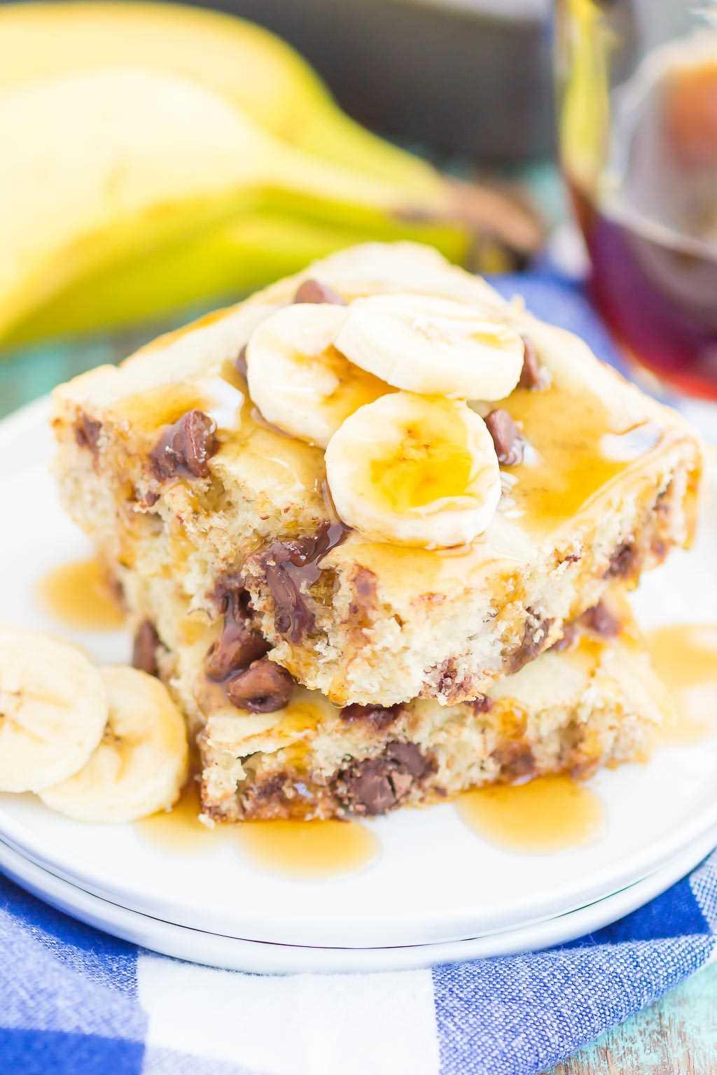 Estos panqueques de pan de chispas de chocolate y plátano son la forma más rápida y fácil de preparar un delicioso desayuno. Sin necesidad de voltear y hornear en una sartén, puede tener estos panqueques listos para una gran multitud en poco tiempo. Congelador y listo antes de tiempo, ¡su desayuno nunca sonó mejor!