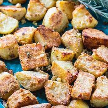 Patatas asadas en una bandeja para hornear