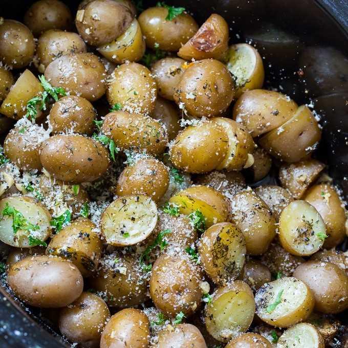 Batatas Parmesão e Alho Cozidas Lentamente