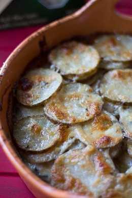 Batatas gratinadas com queijo azul. Decore. Batatas gratinadas.