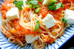 Pasta con salsa de tomate asado, menta y queso feta