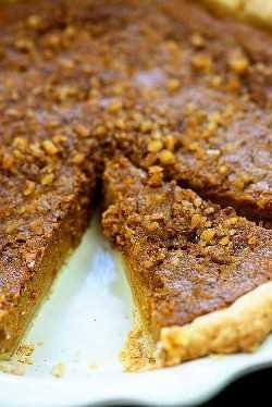 """Torta de abóbora com cobertura de noz! Torta de abóbora cremosa com recheio simples e crocante de nozes! #pumpkin #pumpkinpie #thanksgiving """"width ="""" 1000 """"height ="""" 1498 """"data-pin-description ="""" Torta de abóbora com cobertura de nozes! Torta de abóbora cremosa com recheio simples e crocante de nozes! #pumpkin #pumpkinpie #thanksgiving """"srcset ="""" https://www.bunsinmyoven.com/wp-content/uploads/2010/09/pumpkin-pie-with-walnuts.jpg 625w, https://www.bunsinmyoven.com /wp-content/uploads/2010/09/pumpkin-pie-with-walnuts-500x749.jpg 500w """"tamanhos de dados preguiçosos ="""" (largura máxima: 1000px) 100vw, 1000px """"src ="""" https: // www. bunsinmyoven.com / wp-content / uploads / 2010/09 / torta-de-abóbora-com-nozes.jpg """"></p> <p>É outono. Porque eu digo. Porque eu quero que seja. Porque meus filhos ficam fofos com suas novas roupas de outono. Porque há folhas no meu quintal. Porque ontem fiz uma torta de abóbora.</p> <p>Está vendo? Outono.</p> <p>Quero dizer, vamos ser sinceros: para mim, um blogueiro de alimentos que cria receitas para viver, há três meses que caem. Eu asso com abóbora desde junho. 😉 Eu tenho que ficar à frente do jogo, pessoal! </p> </p> <p>    Mas ainda estou fazendo isso, porque EU AMO abóbora e essa torta de abóbora é uma vencedora total. Não é sua torta de abóbora habitual – ela é completa com esta cobertura crocante de nozes, que é o contraste perfeito com o pudim cremoso de abóbora.  </p> <p>Se você estiver se sentindo um pouco aventureiro e quiser ramificar a receita na parte de trás da lata de abóbora, votarei em você para experimentar este bolo! É realmente tão bom!</p> <p><img 625"""" height=""""936"""" data-pin-description=""""Pumpkin Pie with Walnut Topping! Creamy pumpkin pie with a simple crunchy walnut topping! #pumpkin #pumpkinpie #thanksgiving"""" data-lazy-  src=""""https://juegoscocinarpasteleria.org/wp-content/uploads/2020/02/Pastel-de-calabaza-con-cobertura-de-nuez.jpg"""" class=""""aligncenter size-full wp-image-30958 lazyload""""><noscript><img class=""""aligncente"""