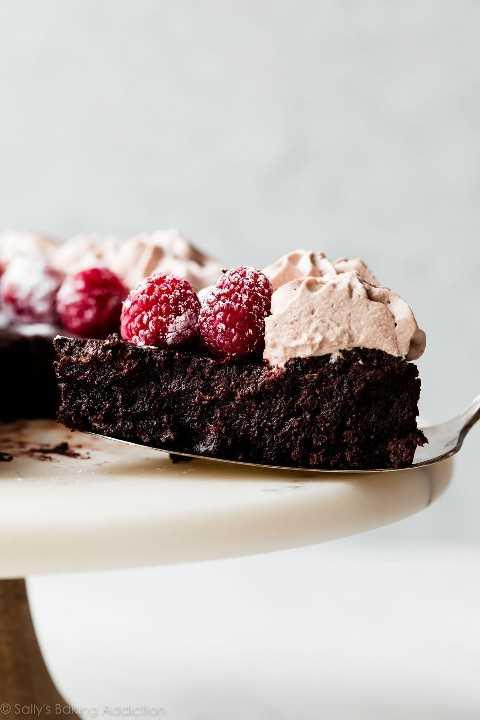 pastel de chocolate sin harina con frambuesas