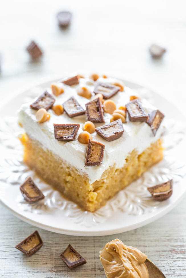 fatia de bolo de manteiga de amendoim na chapa branca