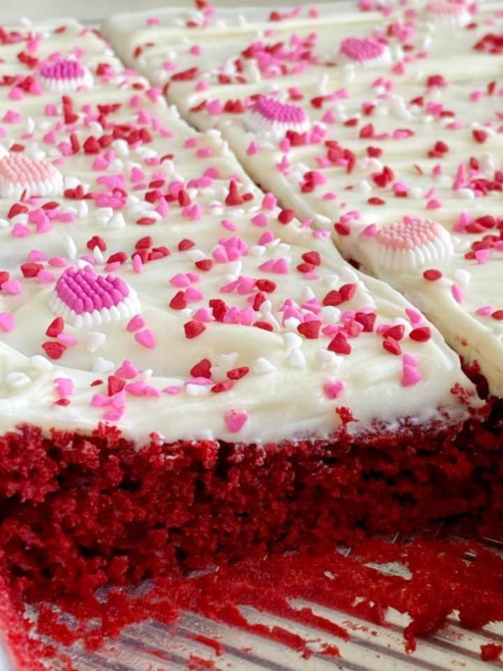 ¡Easy Red Velvet Sheet Cake es muy fácil de hacer! Una mezcla de pastel de terciopelo rojo alterado con el mejor y el glaseado de queso crema de chocolate blanco más esponjoso.