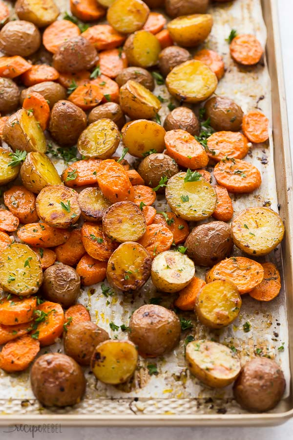 papas asadas y zanahorias en sartén