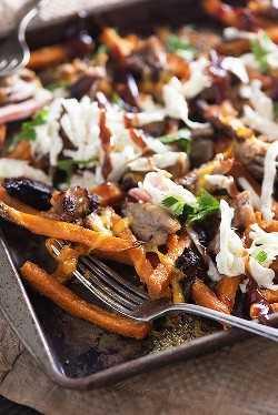 ¡Papas fritas cargadas de camote con cerdo desmenuzado, ensalada de repollo y salsa barbacoa! ¡Una cena tan divertida y fácil!