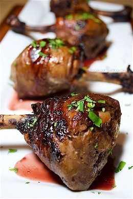 ¡Estos fueron increíbles! ¡Estas piruletas de pollo serán la estrella de tu próxima cena o fiesta y el glaseado de granada está fuera de este mundo delicioso! Un aperitivo o una receta para cenar espectacular.