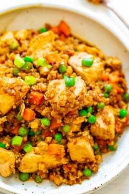 Salteado de arroz con pollo y coliflor flaco - ¡Incluso las personas a las que no les gusta la coliflor se sorprenderán de lo auténtica y DELICIOSA que sabe esta versión SKINNY de arroz con pollo frito! ¡Fácil, listo en 15 minutos y mucho MÁS SALUDABLE que pedir comida para llevar!