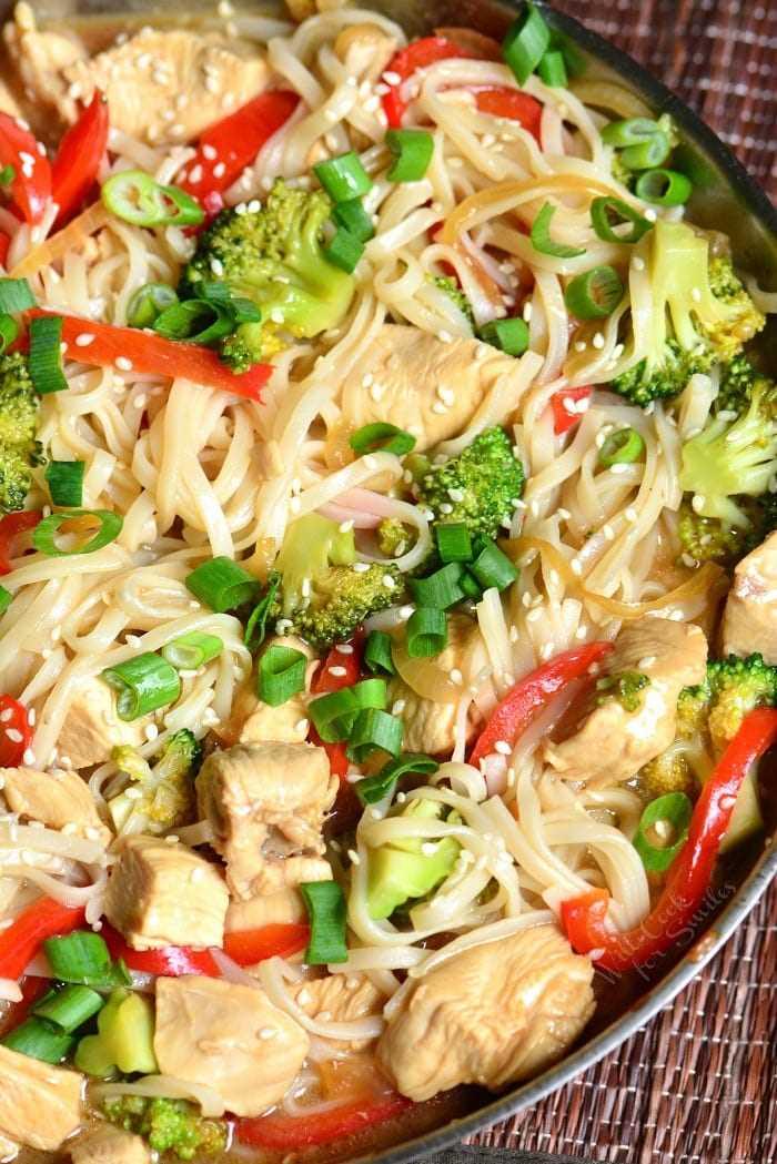 Sesame Chicken with Noodles es una cena ligera y fácil entre semana hecha con pollo, verduras y fideos de arroz, todo cocinado en una deliciosa salsa de sésamo. # pollo # sésamo #noodles #sesamechicken #easydinner #weeknightdinner
