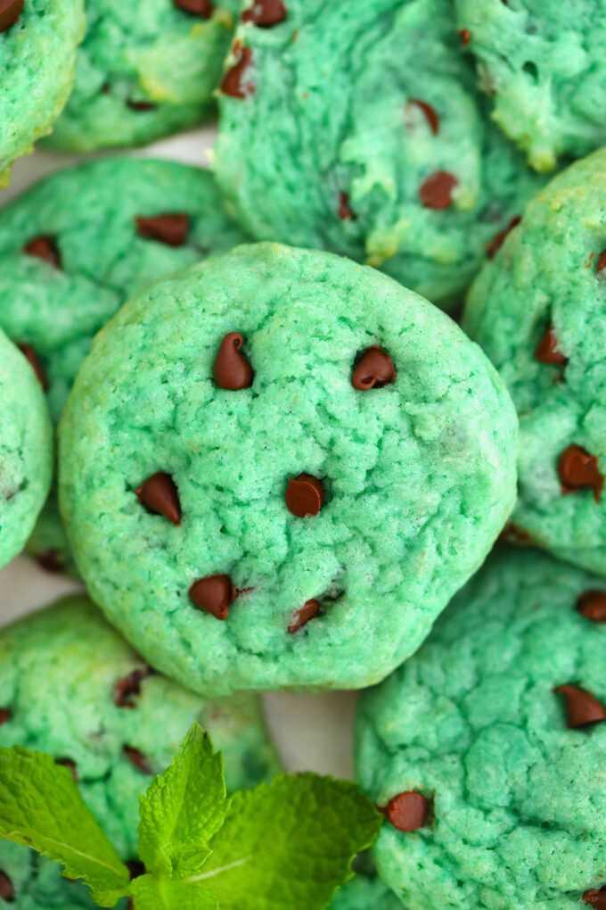 Las galletas con trocitos de chocolate con menta y pudín son pegajosas, sabrosas y divertidas, ¡este postre de colores divertidos es perfecto para las vacaciones y las reuniones familiares! #cookies #christmascookies #stpatrickday #stpatrick #greendesserts #sweetandsavorymeals