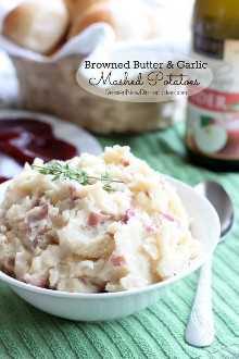Manteiga dourada e alho salteado dão a este purê de batata seu sabor rico e delicioso! De DessertNowDinnerLater.com