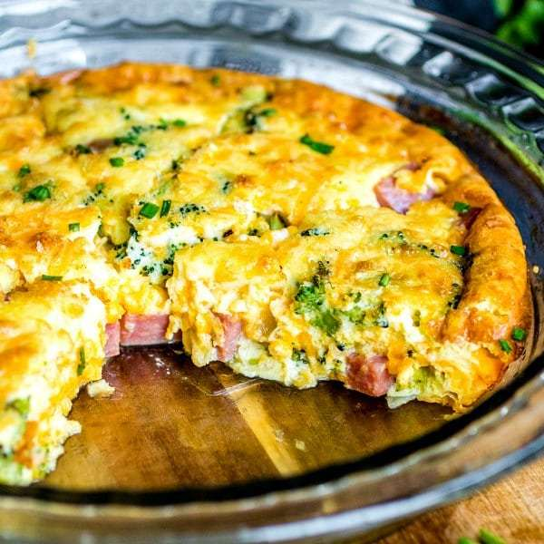 Crosta de baixo carboidrato sem quiche com presunto, queijo e brócolis