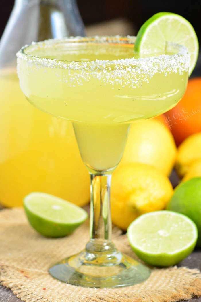 A melhor receita de margarita. É uma mistura simples de mistura agridoce caseira, tequila e licor de laranja. #margarita # bebida #tailtail #tequila #margaritamix