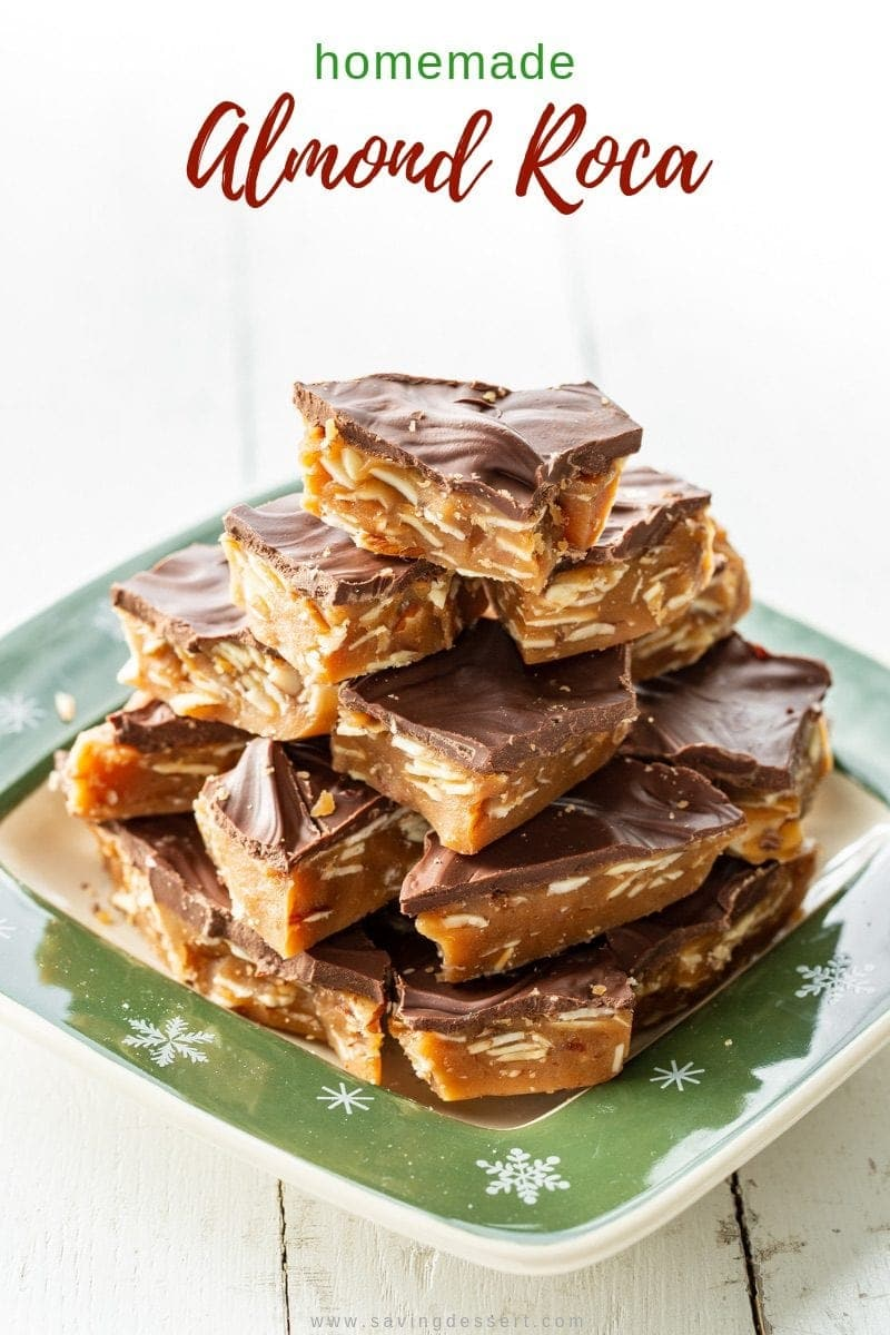 Un plato de chocolate casero cubierto con almendras de caramelo