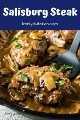 Bife de Salisbúria coberto com molho de cogumelos saindo da panela.