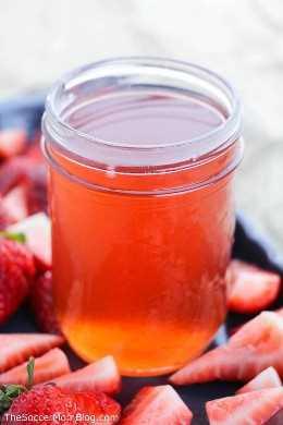 ¡Esta receta casera de fresa Moonshine es la bebida perfecta para cualquier fiesta en el patio trasero!
