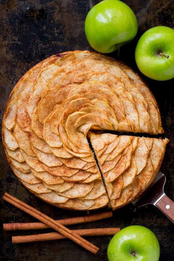 Esta torta de maçã é muito atraente! É coberto com um lindo padrão de maçã em fatias rosa (e é mais fácil do que você pensa!). Os sucos das fatias de maçã cobertas de canela e açúcar são cozidos na crosta suave e amanteigada. Esta torta de maçã e rosa é um pouco doce e completamente irresistível. O | natashaskitchen.com