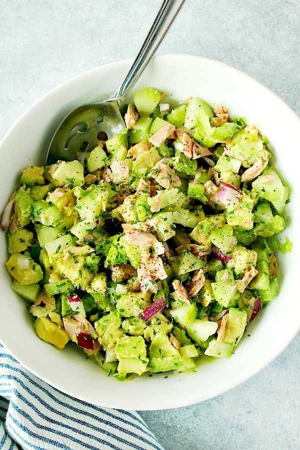 Salada de abacate e atum em uma tigela longa e branca Uma receita para salada de atum e abacate