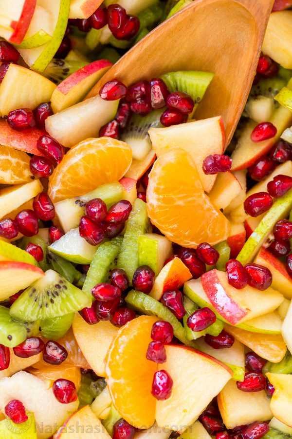 A salada de frutas de inverno é refrescante e carregada com as melhores frutas de inverno. O xarope de limão, limão e mel é delicioso! Você estará concorrendo a recargas! O | natashaskitchen.com
