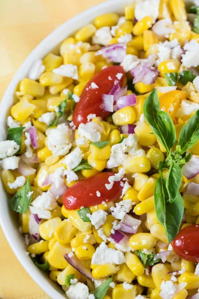 Receta de ensalada de maíz Cotija en un tazón blanco