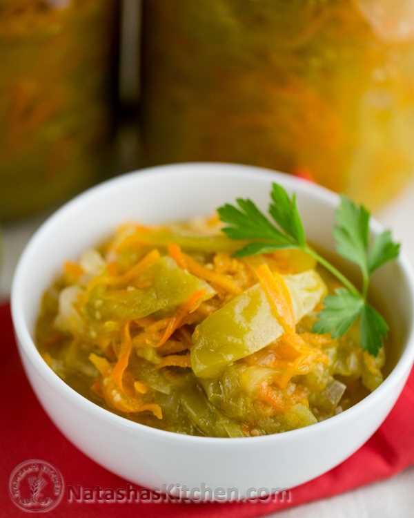 Os tomates verdes nesta salada enlatada de tomate verde são marinados e transformados em salada de cenoura e cebola. Eles têm um sabor forte e picante. Experimente-os