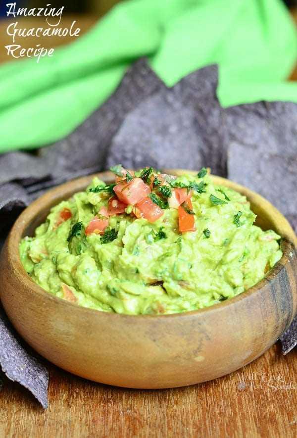 Receta de guacamole. Esta receta de guacamole presenta aguacates frescos triturados y cargados con tomates, cebollas rojas y jalapeños, jugo de lima y especias.