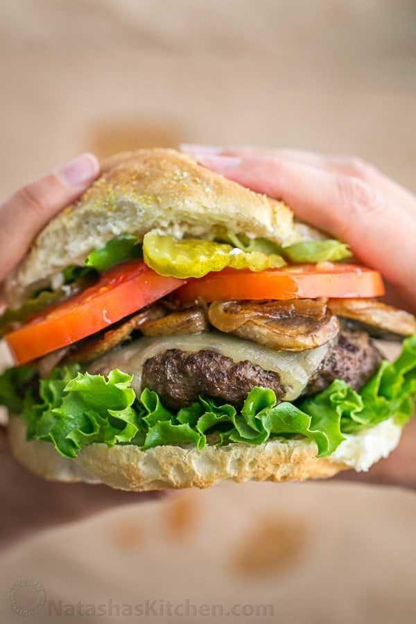 Esses hambúrgueres são frescos, suculentos, fofos e deliciosos, e parecem mais leves no intestino do que hambúrgueres congelados. Tão fácil e eles têm um sabor totalmente gourmet! O | natashaskitchen.com