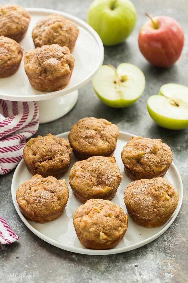 magdalenas de manzana y canela en un plato