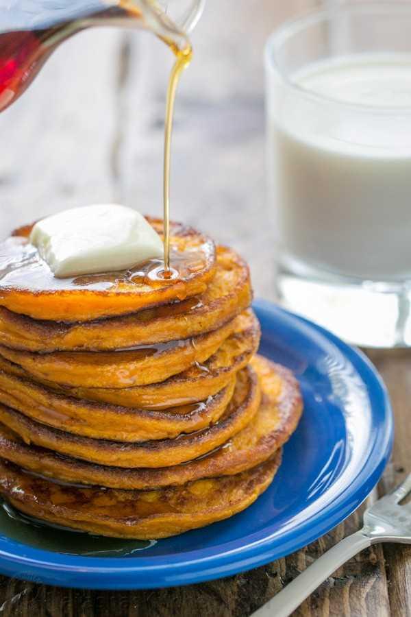 Estos panqueques de calabaza saben a pastel de calabaza en forma de panqueque. Son maravillosamente suaves en el centro. ¡Cremoso, soñador, delicioso! El | natashaskitchen.com