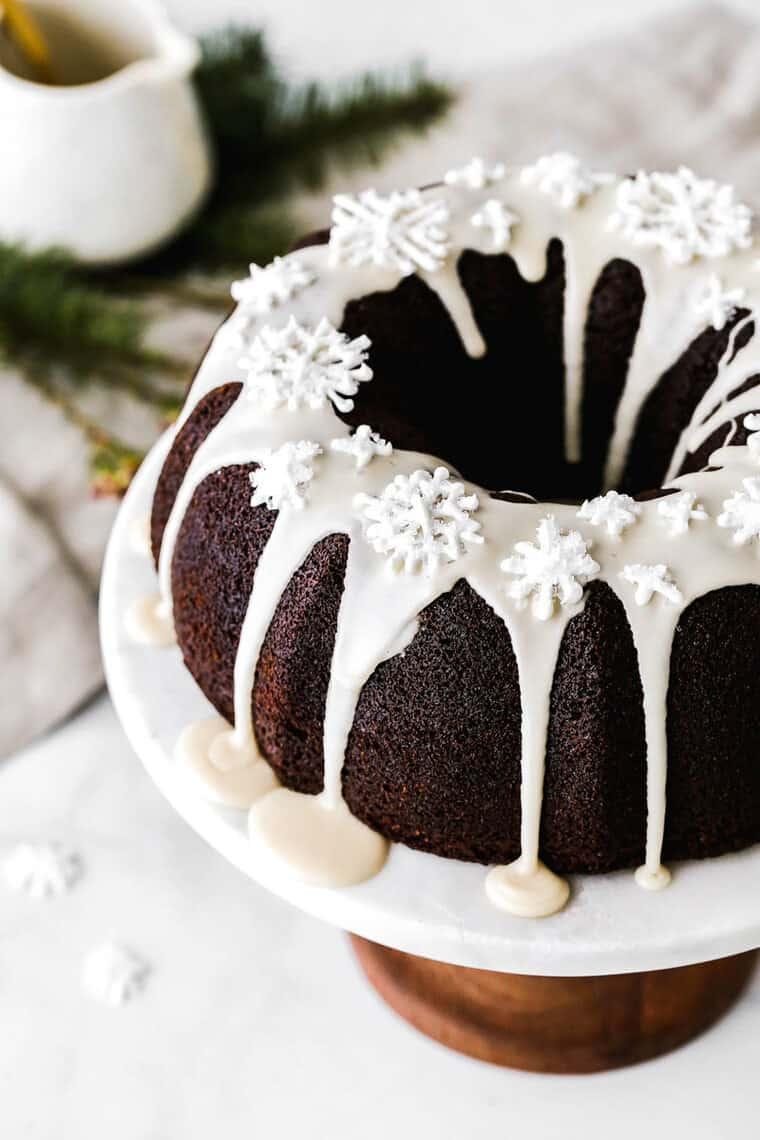 Um close-up de bolo de gengibre com glacê branco no prato de bolo branco