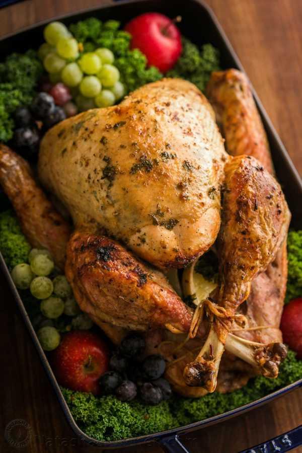 ¡Hacer un pavo de acción de gracias jugoso y sabroso es más fácil de lo que piensas! ¡Un video sobre cómo hacer una receta de pavo de acción de gracias que encantará a tus invitados! El | natashaskitchen.com