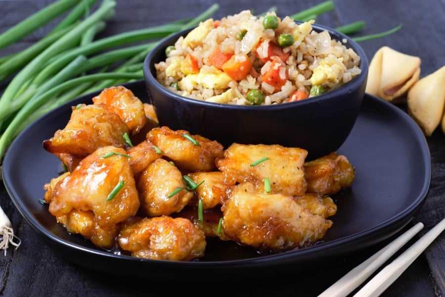 Frango agridoce assado com arroz frito caseiro