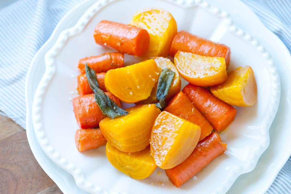 Remolacha asada y zanahorias con salvia