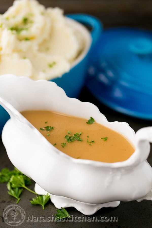 Sem dúvida, o melhor molho de peru. Tente isso e você nunca mais jogará fora esses pimentos de peru; Ouro líquido! O | natashaskitchen.com