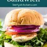 El sándwich de pollo a la parrilla en un bollo con verduras crujientes.