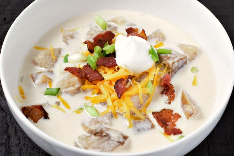 Sopa de batata assada carregada com fogão lento