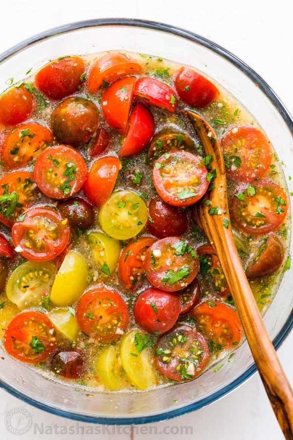 Receta de tomates cherry marinados con tomates cherry frescos y aderezo italiano para hacer tomates marinados italianos.