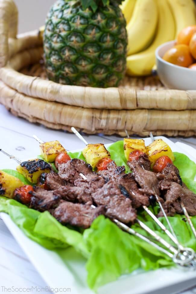Um gostinho das ilhas! Estes espetos de bife havaiano grelhado são um prato principal rápido e fácil, perfeito para um churrasco de verão ou um jantar no meio da semana.