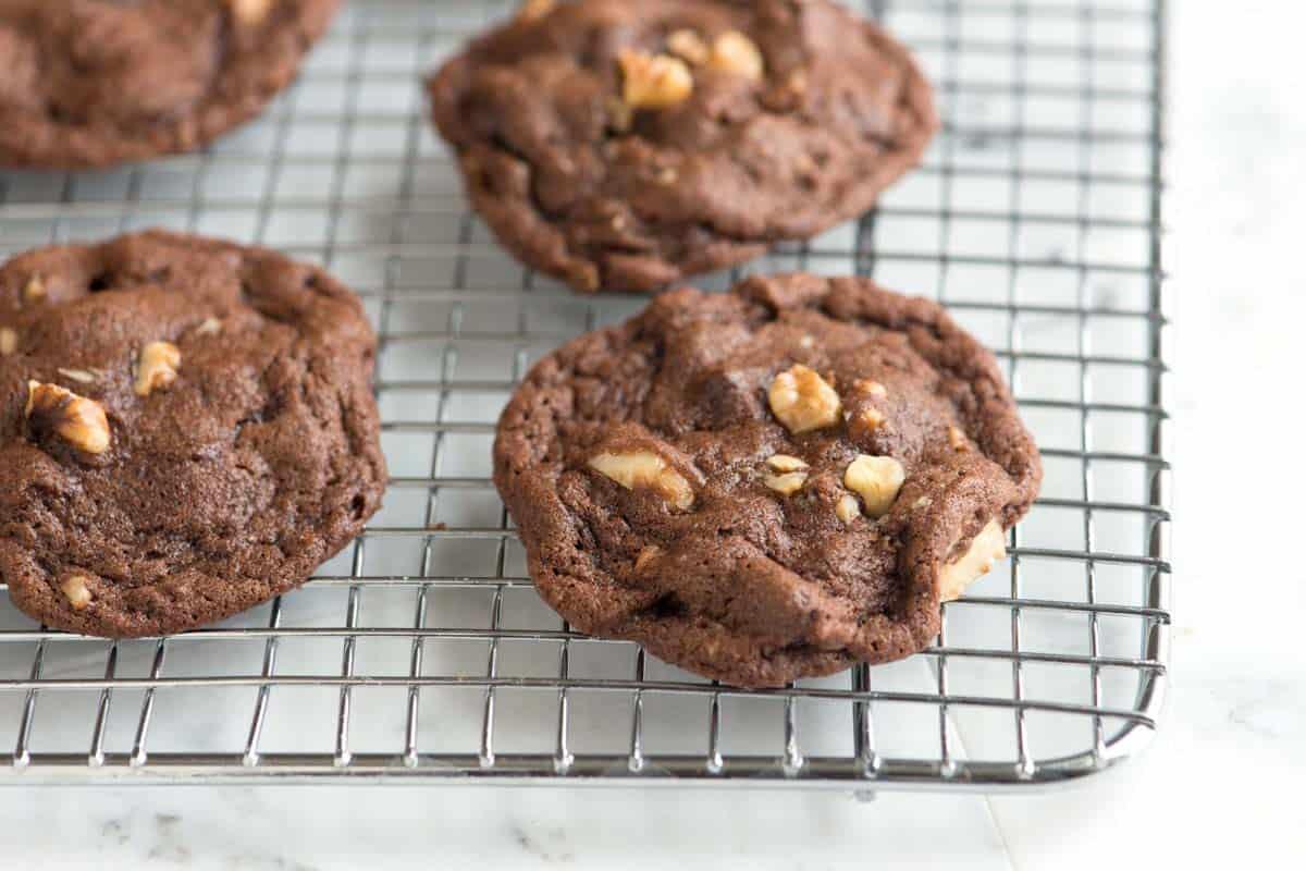 Biscoitos fáceis de chocolate e nozes com cacau em pó, manteiga e muitas nozes.