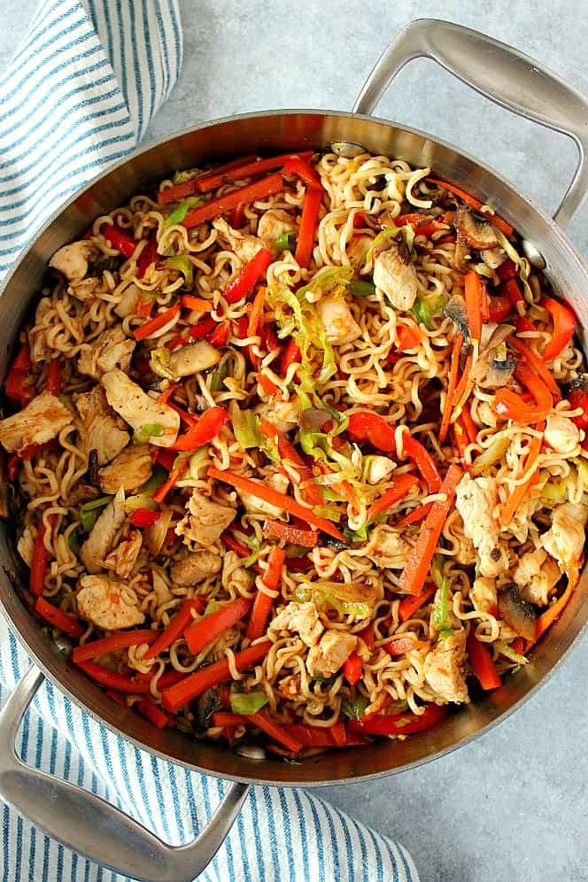 pollo yakisoba en sartén Receta fácil de pollo yakisoba