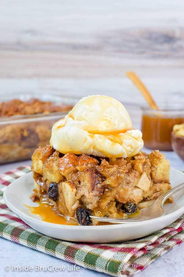 Budín de pan fácil de manzana: este pudín de pan fácil está cargado de manzanas, nueces y pasas. ¡Sirva caliente con caramelo y helado para un postre de otoño decadente! #apple #pudin de pan #caída #desierto