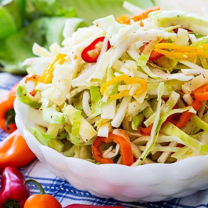 Repolho marinado e salada de pimentão