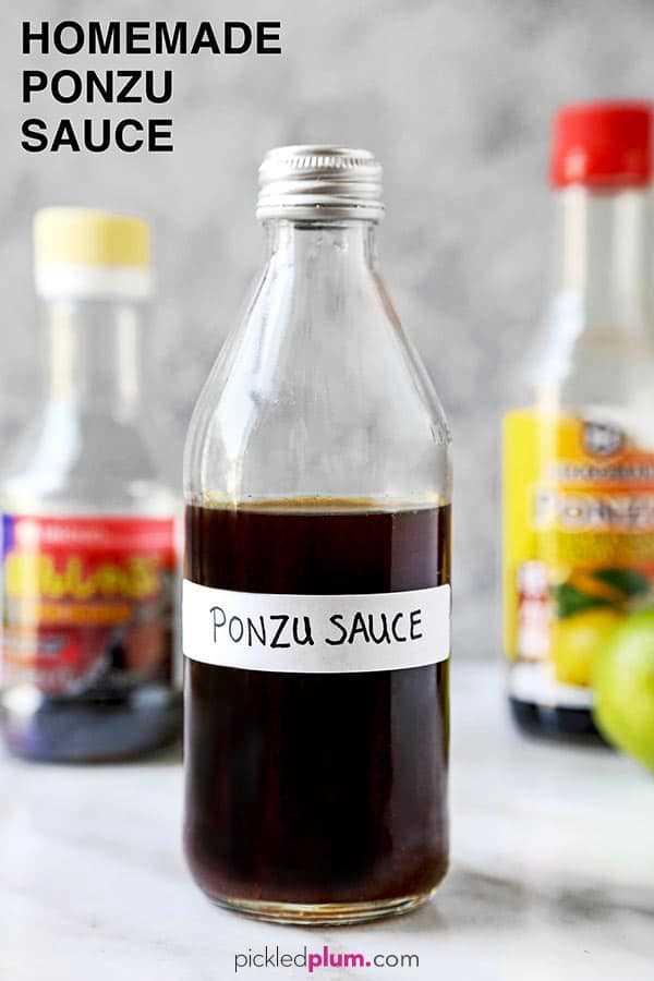 Salsa Ponzu casera: esta es una receta simple y deliciosa para la salsa ponzu japonesa. Combínalo con pescado, pollo, camarones, tofu, o mézclalo en una ensalada o en un tazón, ¡esta es una salsa cítrica muy versátil! #healthyeating #japanesefood #homemadesauce | pickledplum.com