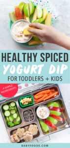 Gráfico para Post - Salsa de yogurt con especias saludables para niños pequeños + niños - 4 ingredientes simples. La imagen es de manzanas con un chapuzón en el medio con una mano de niños pequeños alcanzándola. y un almuerzo escolar con el chapuzón.