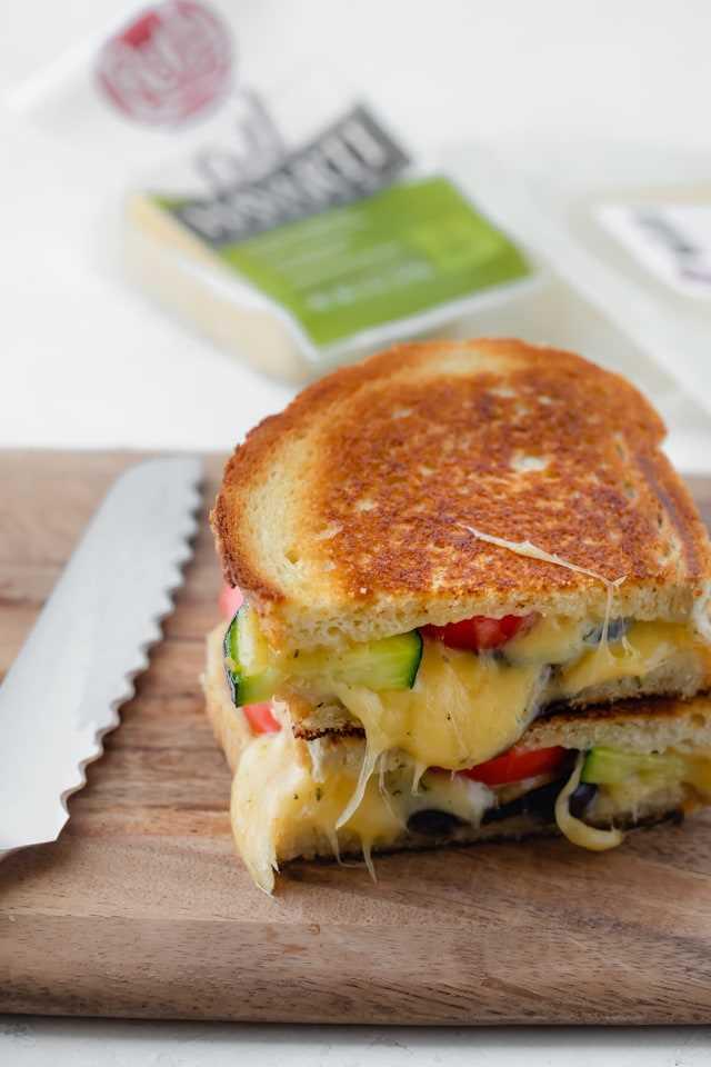 Sanduíche de queijo grelhado assado legumes final com faca close-up